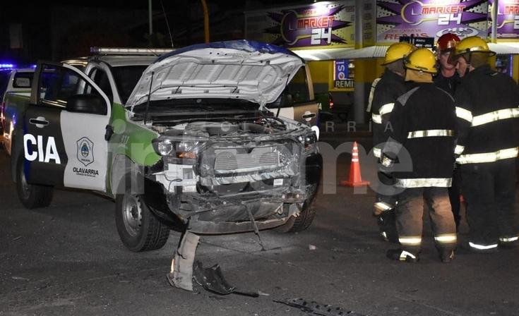 Violento choque entre  patrullero y un remís: dos heridos