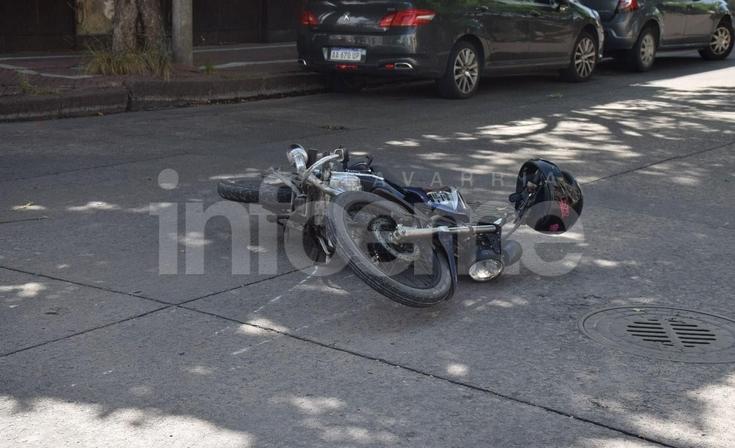 Accidente entre un auto y una moto en pleno centro: una mujer herida