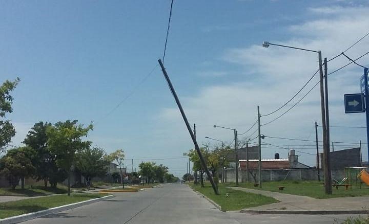 Reclamo de vecinos de barrio Evita por un poste a punto de caer