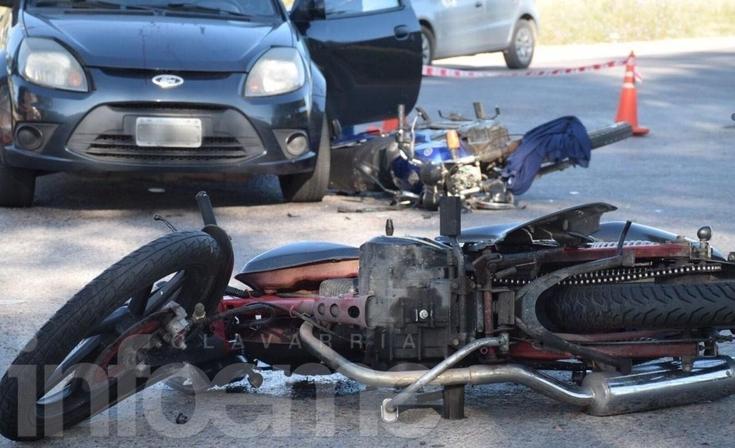 Fuerte accidente entre motos y un auto: dos heridos