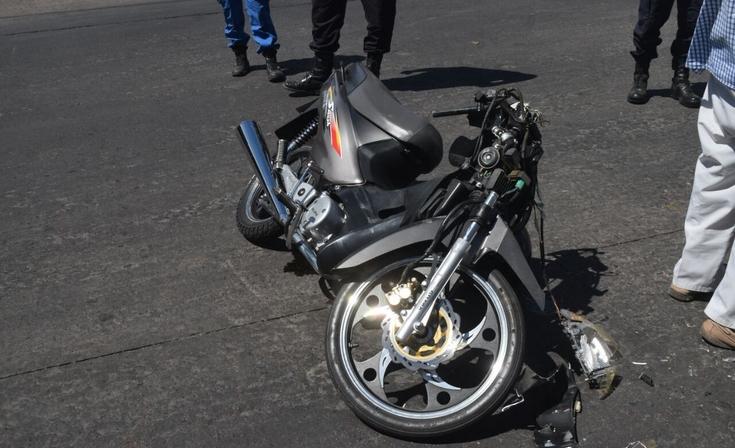 Motociclista herido tras un fuerte choque en Avenida Del Valle