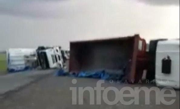 """Increíble video: la furia del viento """"tumbó"""" cinco camiones en una cantera de Azul"""