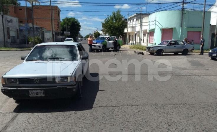 Fuerte choque entre dos autos en barrio Pueblo Nuevo