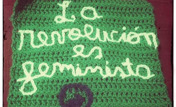 La bandera feminista más grande del mundo también se teje en Olavarría