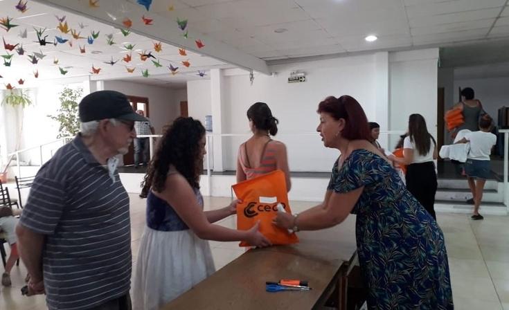 El CECO entregó 500 kits escolares y guardapolvos