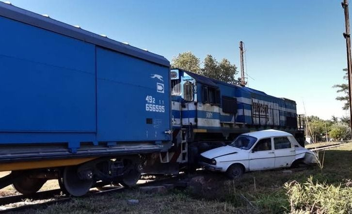 Azul: un tren de carga arrolló a un automóvil