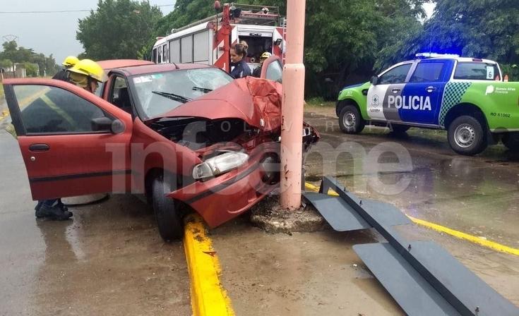 Un automóvil chocó contra un poste de alumbrado: un herido