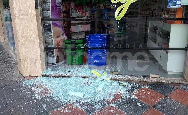 Destrozaron el vidrio de un comercio en el Microcentro