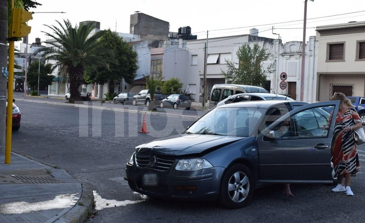 Un automovilista se subió a la vereda y tumbó un poste