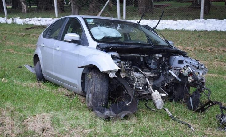 Despistó, cruzó de carril e impactó contra un poste: un hombre herido