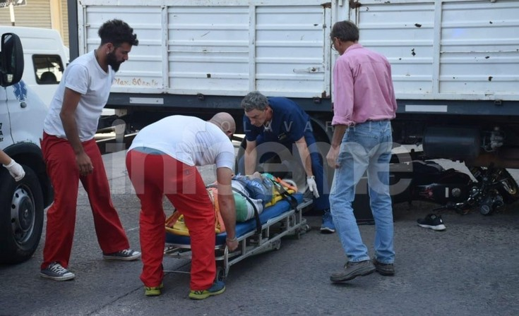 Violento accidente: una moto quedó debajo de un camión