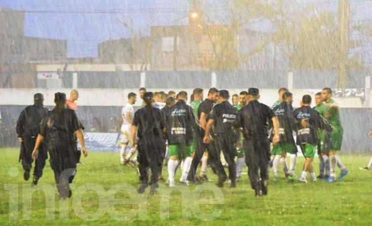 Las mejores fotos de un partido donde hubo todo menos fútbol