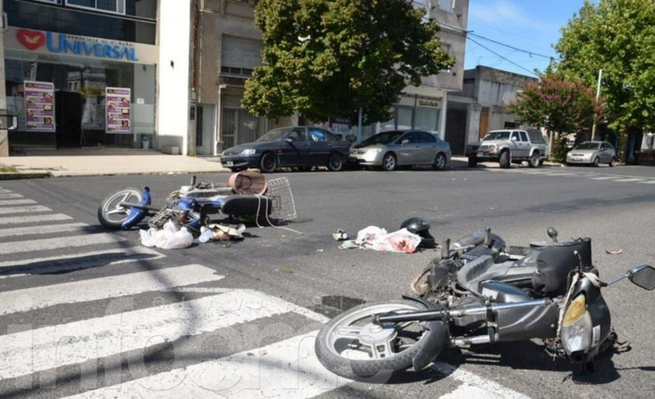 Impactante accidente entre motos: dos heridos