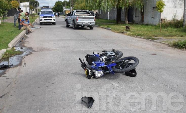Un motociclista en grave estado tras chocar con una camioneta