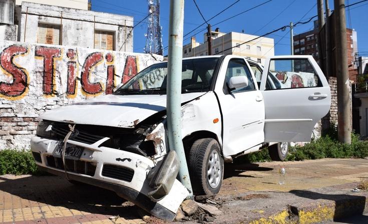Perdió el control y chocó contra un paredón: 4 menores y dos adultos heridos
