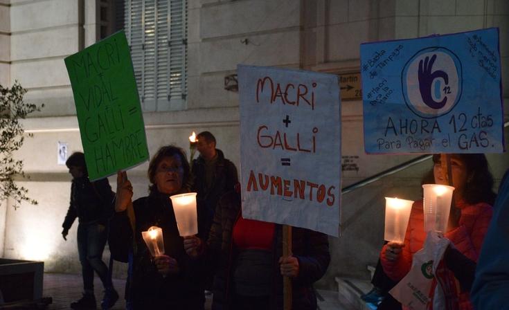 Con gran marco de público se realizó la Marcha de las Velas contra de los tarifazos