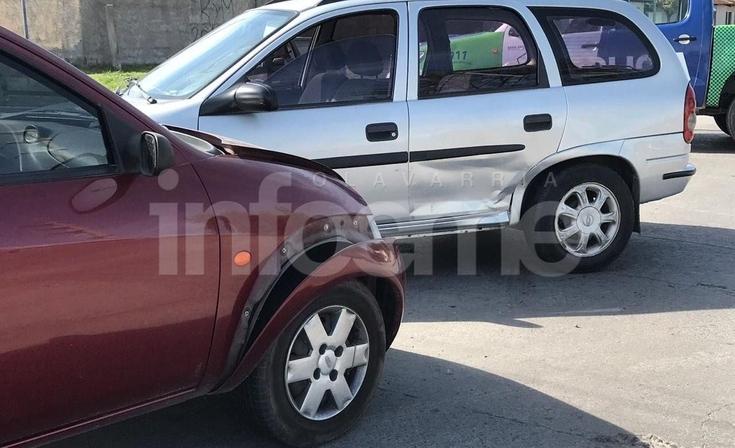 Fuerte accidente entre dos autos: una mujer herida