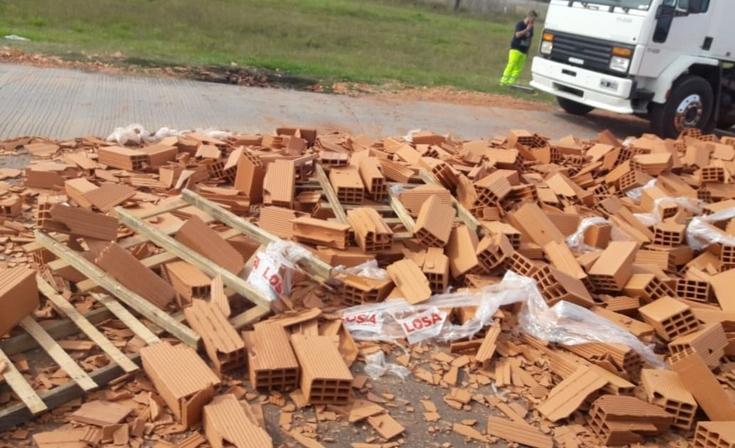 Camionero perdió parte de la carga en la rotonda de 226 y 51
