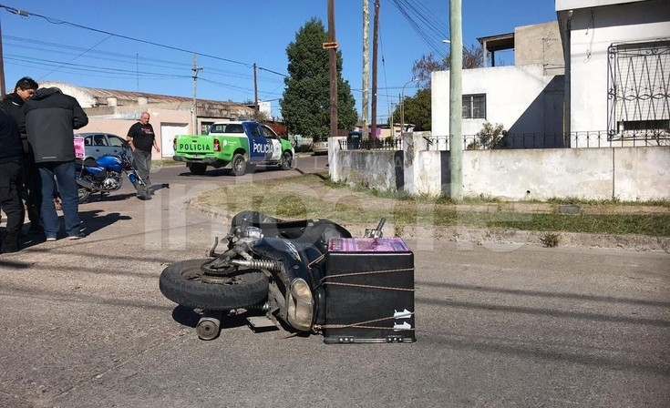 Motomandado chocó con un automóvil y resultó herido