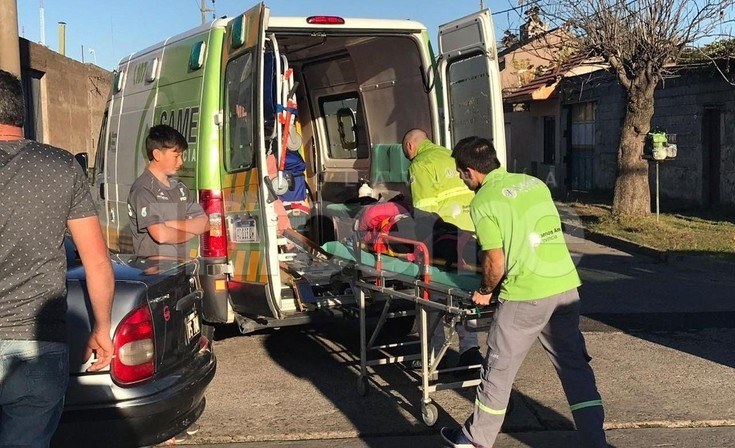 Una motociclista resultó herida en un fuerte choque frente al Cementerio Municipal