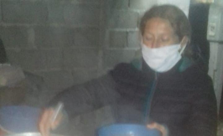 Vecinos organizaron una olla popular y reparten comida en el barrio