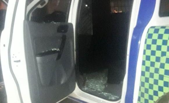 Los detuvieron, destrozaron un patrullero y golpearon a un policía