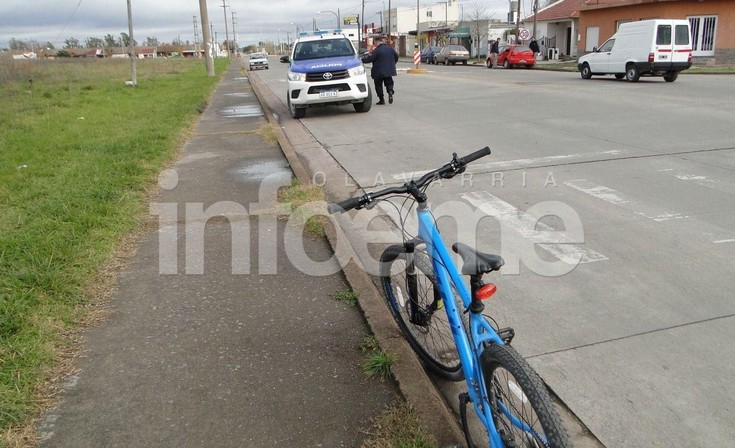 Una ciclista herida tras chocar con una camioneta estacionada