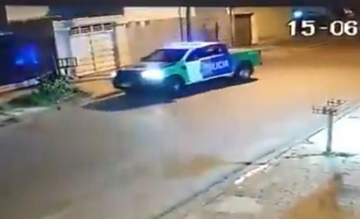 Policías jugaron a reventar un globo con el patrullero