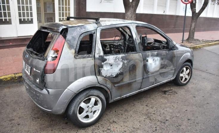 Un auto registró daños totales tras un incendio en el microcentro