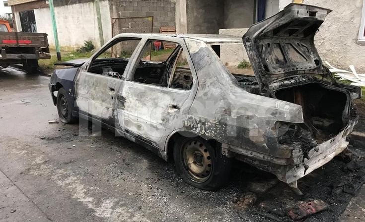 Un auto se incendió y explotó el tanque de combustible: pérdidas totales