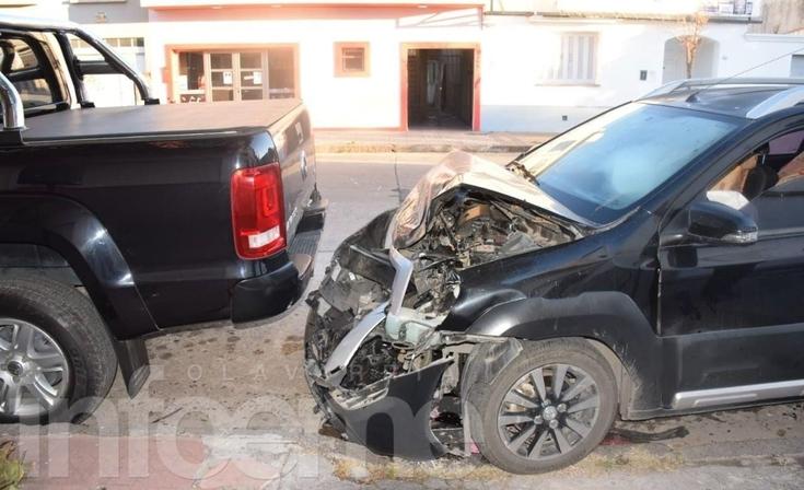 Un automóvil colisionó contra una camioneta estacionada: un herido