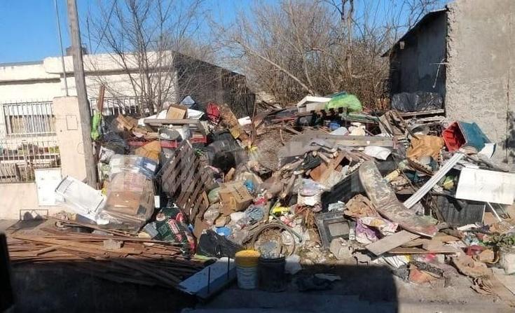 Barrio Sarmiento: reclamo por basura acumulada en una vivienda