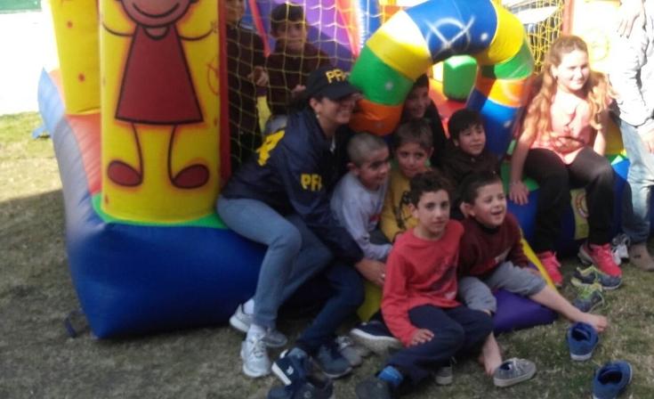 La policía Federal festejó el Día del Niño en la Escuela N° 25