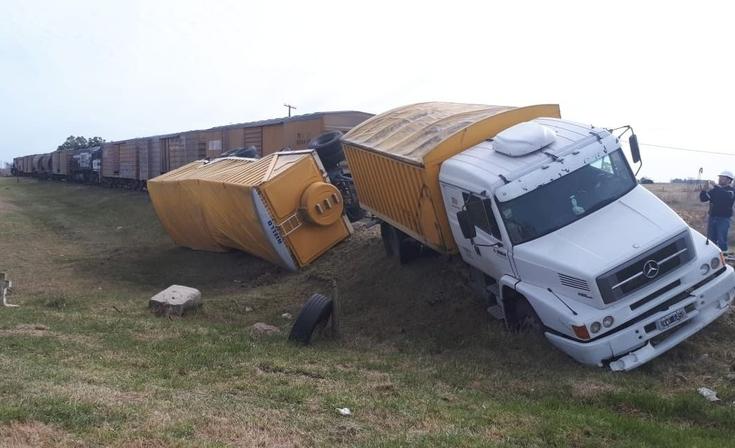 Azul: Un tren embistió un camión en la Ruta 51