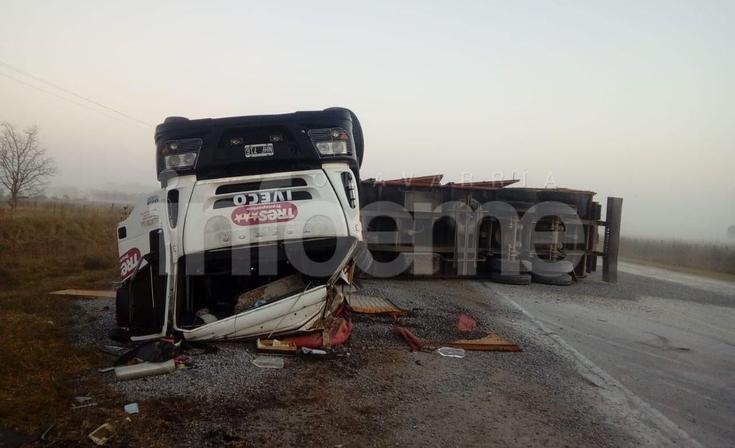 Ruta 51: un olavarriense gravemente herido tras volcar con su camión