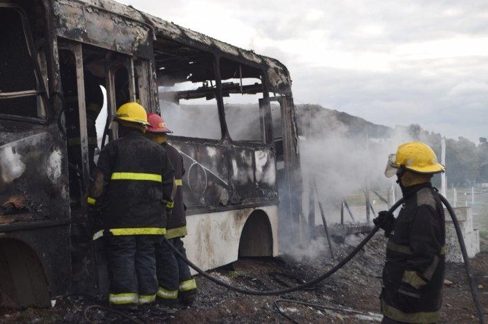 Incendiaron micro y casilla en el kartódromo del AMCO