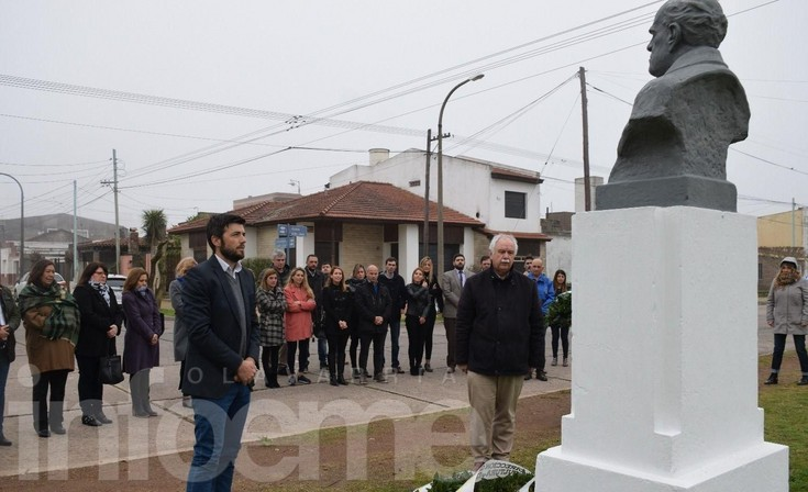 Colocaron ofrendas al pie del monumento a Sarmiento