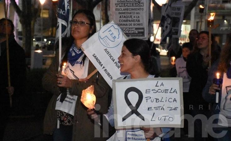 Docentes se manifestaron con antorchas en la plaza del centro