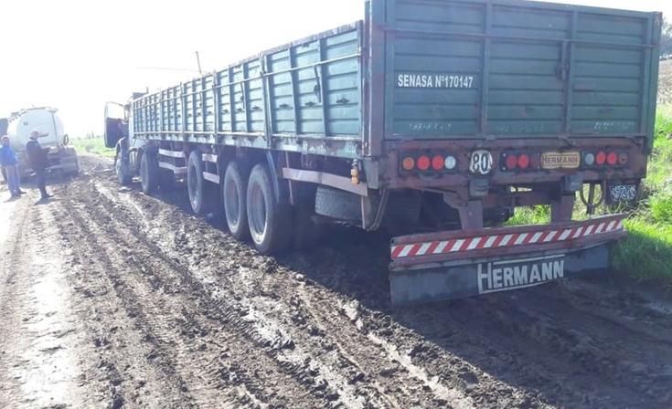 Un camionero quedó encajado y fue infraccionado
