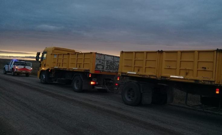Infraccionan dos camiones por circular con la carga descubierta