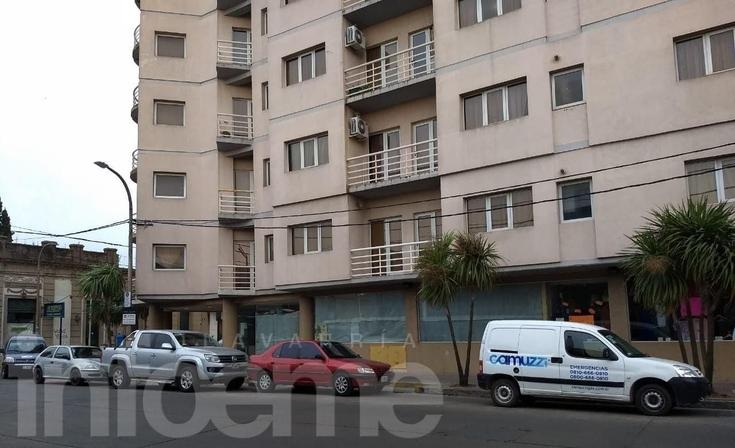 Bomberos trabajaron en un edificio de Microcentro: dos personas fueron asistidas