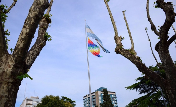 Se izó la bandera Whipala en la Plaza Central