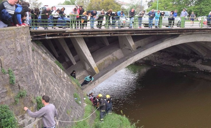 Una mujer se arrojó al arroyo desde el puente de la Avenida Colón