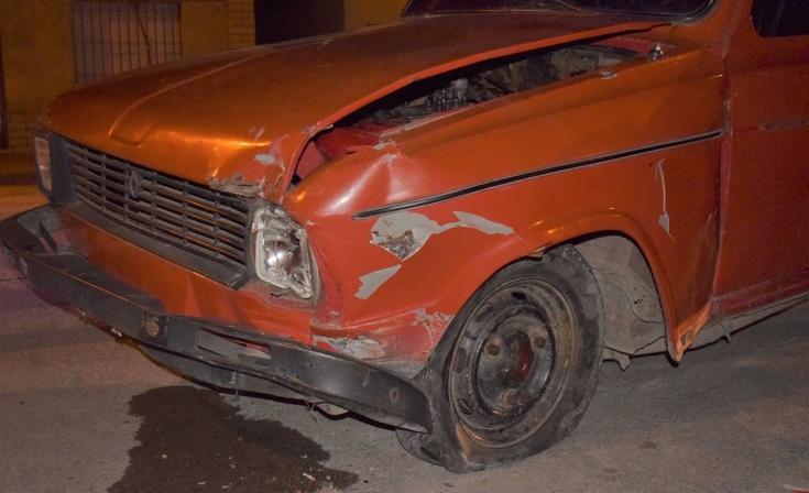 Automóvil chocó contra otro que estaba estacionado