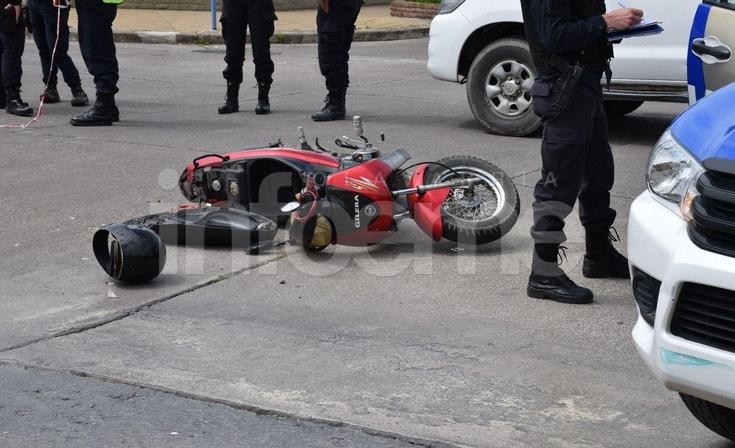 Fuerte accidente entre una moto y un camión: una mujer herida