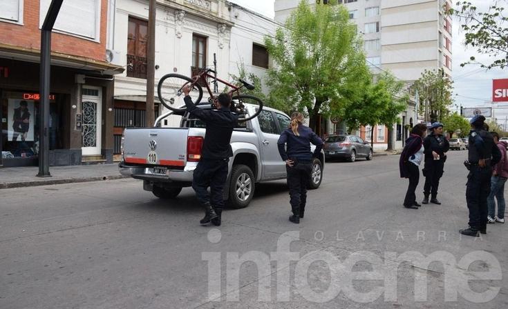 Accidente: su bicicleta quedó abajo de la camioneta