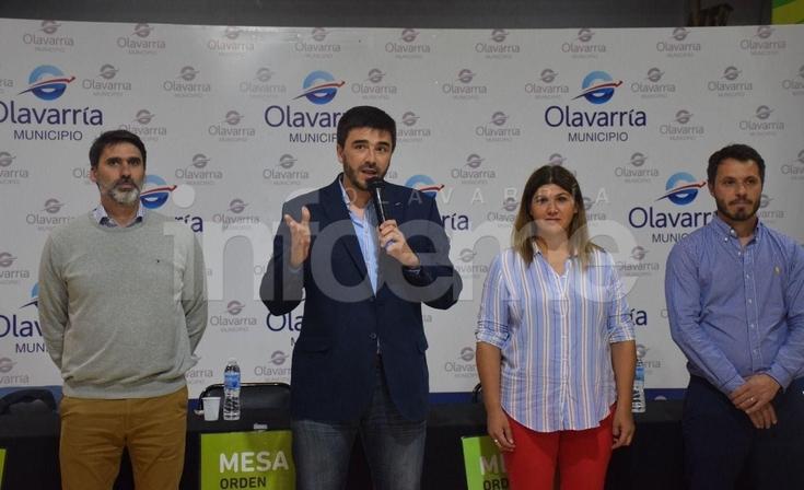 Acto de firma de escrituras y entrega de títulos de propiedad en Mariano Moreno