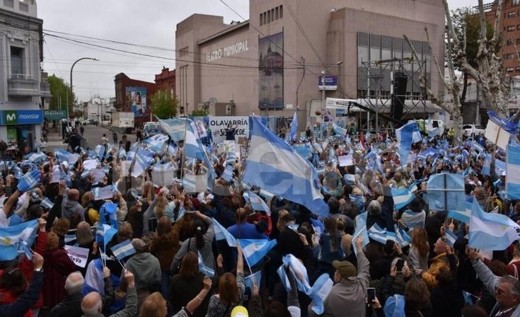 El Paseo Mendía comienza a tomar color mientras esperan a Mauricio Macri
