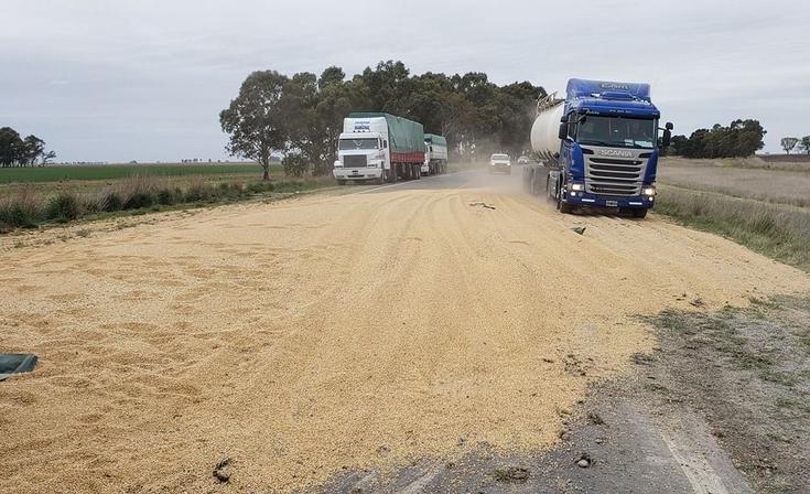 Un camionero olavarriense volcó en ruta 51