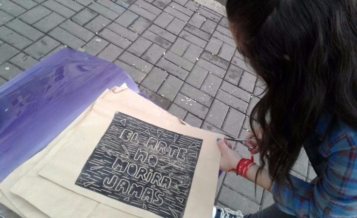 Artes Visuales: estudiantes reclamaron por un edificio propio a través de una intervención artística
